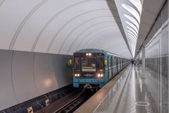 MOSKOU, RUSLAND - DECEMBER 01, 2017: Metro in Metro post Dostoevskaya in Moskou, Rusland stock foto