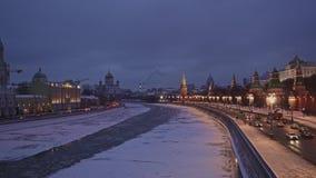 MOSKOU, RUSLAND - DECEMBER 6: Moskvarivier bij een de winterdag Panorama van het centrum van Moskou van brug stock videobeelden