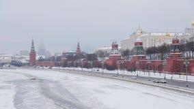 MOSKOU, RUSLAND - DECEMBER, 2018: Muur van het Kremlin schoot van brug in de wintertijd met auto's die zich dichtbij Moskva-Rivie stock videobeelden