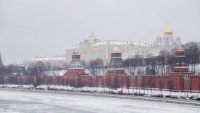 MOSKOU, RUSLAND - DECEMBER, 2018: Muur van het Kremlin schoot van brug in de wintertijd met auto's die zich dichtbij Moskva-Rivie stock video