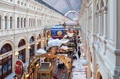 MOSKOU, RUSLAND - DECEMBER 3, 2017: Nieuwjaar ` s en Kerstmisdecoratie van de GOM in Moskou, Rusland Royalty-vrije Stock Afbeeldingen