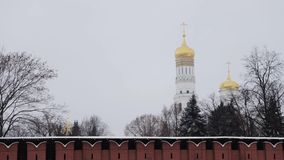MOSKOU, RUSLAND - DECEMBER, 2018: Pan van de muur en de kerk van Moskou het Kremlin in de wintertijd die wordt geschoten stock video