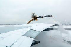 Moskou, Rusland - December 11, 2018: proces om de vliegtuigen vóór het vliegen in de winter te ontijzelen royalty-vrije stock afbeelding