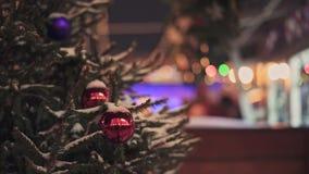 MOSKOU, RUSLAND - DECEMBER 6: Rode Kerstmisballen die op spar bij de Markt van Moskou hangen stock video