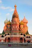 Moskou, Rusland, 25 December, 2013, Russische scène: mensen die dichtbij de kathedraal van het Basilicum op Rood vierkant in Mosk Stock Afbeeldingen