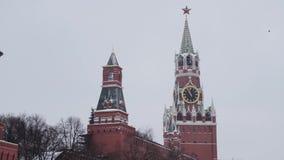 MOSKOU, RUSLAND - DECEMBER, 2018: Spasskayaklokketoren van Moskou het Kremlin op bewolkte hemelachtergrond stock videobeelden