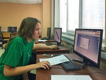 Moskou/Rusland - December 6 2019: studente bij de lijst voor de computer in het bureau stock foto's