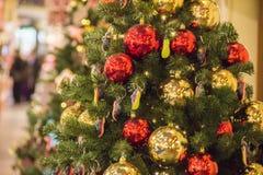 MOSKOU, RUSLAND - DECEMBER 06, 2017: Van kerstboom achtergrond en Kerstmis decoratie Kleurrijk ballen en speelgoed op groene spar stock foto's