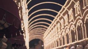 Moskou, Rusland - December 6: Vetoshnysteeg met gloeilampen voor Kerstmis en Nieuwjaarviering wordt verfraaid die stock footage