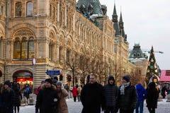 MOSKOU, RUSLAND - December 10, 2016: Moskou voor Nieuwjaar en Kerstmisvakantie wordt verfraaid die Gom het schaatsen piste op Roo Royalty-vrije Stock Foto's