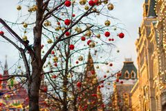 MOSKOU, RUSLAND - December 10, 2016: Moskou voor Nieuwjaar en Kerstmisvakantie wordt verfraaid die Gom het schaatsen piste op Roo Stock Foto's
