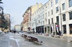 Moskou, Rusland die, 22 februari, 2015, mensen op de straat van Bolshaya lopen Dmitrovka royalty-vrije stock fotografie