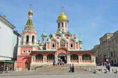 Moskou, Rusland die, 19 Mei, 2014 Mensen dichtbij Kazansky-kathedraal op Rood vierkant lopen Royalty-vrije Stock Afbeeldingen