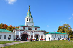 Moskou, Rusland die, Srptember, 28, 2014, Pepple in Kolomenskoye, vroegere Koninklijke woonplaats lopen stock fotografie