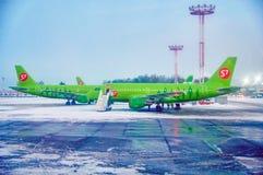 MOSKOU, RUSLAND, DOMODEDOVO-LUCHTHAVEN, 8 Februari 2018 - passagiersvliegtuigen in de luchthavenstreek voor passagiers De ruimte  Stock Fotografie
