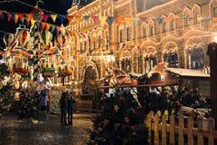 Moskou, Rusland door nieuw jaar Rood Vierkant wordt verfraaid in Moskou, GOM en de Kerstmismarkt die Stock Foto