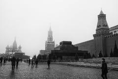 Moskou, Rusland - 2017 Een mening van het Kremlin met Senaatstoren, het Mausoleum en St Basil Cathedral van Lenin ` s in Rood Vie stock fotografie