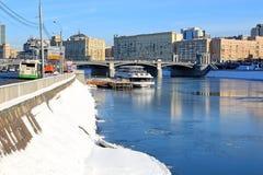 Moskou, Rusland - Februari 14, 2019: Berezhkovskayadijk, een pijler op de Moskva-Rivier en Borodinsky-Brug stock afbeeldingen