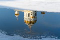 Moskou, Rusland - Februari 01, 2018: Bezinning van Kathedraal van Christus de Verlosser in Moskva-rivier bij zonnige de winteroch Royalty-vrije Stock Foto