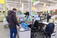 MOSKOU, RUSLAND - FEBRUARI 15: De mensen betalen voor goederen Stock Foto