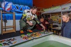 Moskou, Rusland - Februari 25, 2017: De professionele visser adverteert wobblers en pakt op de speciale tentoonstelling aan Royalty-vrije Stock Fotografie