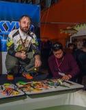 Moskou, Rusland - Februari 25, 2017: De professionele visser adverteert wobblers en pakt op de speciale tentoonstelling aan Royalty-vrije Stock Foto's