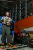 Moskou, Rusland - Februari 25, 2017: De professionele visser maakt een presentatiewobblers en pakt op de visserij aan toont Stock Foto