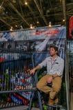 Moskou, Rusland - Februari 25, 2017: De verkoper bij de tentoonstelling wacht op kopers van hengels Royalty-vrije Stock Foto
