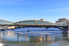 Moskou, Rusland - Februari 14, 2019: De voetbrug van Bogdan Khmelnitsky en de bezinning van de dijk op het ijs stock afbeelding
