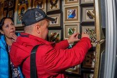 Moskou, Rusland - Februari 25, 2017: Een paar bezoekers onderzoeken een tribune met droge vlinders en kevers Royalty-vrije Stock Fotografie
