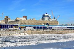 Moskou, Rusland - Februari 14, 2019: Expocenter op Krasnopresnenskaya-Dijk van de Rivier van Moskou op een zonnige de winterdag royalty-vrije stock afbeeldingen