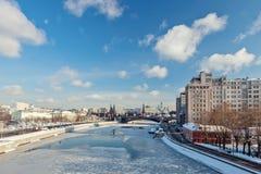 Moskou, Rusland - Februari 22, 2018: Het Kremlin en de het Verscheidenheidstheater, de brug en rivier van Moskou Stock Foto