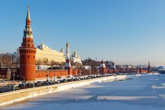 Moskou, Rusland - Februari 01, 2018: Moskou het Kremlin tegen de achtergrond van Moskva-rivier in zonnige de winterdag Stock Fotografie