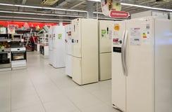 Moskou, Rusland - Februari 02 2016 ijskasten in Eldorado, grote grootwinkelbedrijven die elektronika verkopen Stock Fotografie