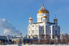 Moskou, Rusland - Februari 01, 2018: Kathedraal van Christus de Verlosser met gouden koepel bij zonnige de winterochtend Moskou i Royalty-vrije Stock Fotografie