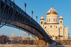 Moskou, Rusland - Februari 01, 2018: Kathedraal van Christus de Verlosser op Patriarshiy-Brugachtergrond bij zonnige de winteroch Stock Afbeeldingen