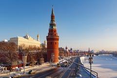Moskou, Rusland - Februari 01, 2018: Kremlevskayadijk bij zonnige de winterdag Moskou in de winter Stock Afbeeldingen