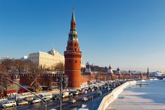 Moskou, Rusland - Februari 01, 2018: Kremlevskayadijk bij zonnige de winterdag Moskou in de winter Stock Afbeelding