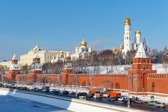Moskou, Rusland - Februari 01, 2018: Kremlevskayadijk onder muren van Moskou het Kremlin bij zonnige de winterdag Moskou in de wi Stock Foto's