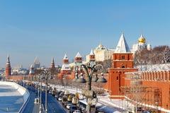 Moskou, Rusland - Februari 01, 2018: Kremlevskayadijk onder muren van Moskou het Kremlin bij zonnige de winterdag Moskou in de wi Royalty-vrije Stock Fotografie