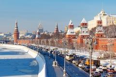 Moskou, Rusland - Februari 01, 2018: Kremlevskayadijk onder muren van Moskou het Kremlin bij zonnige de winterdag Moskou in de wi Stock Foto