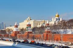 Moskou, Rusland - Februari 01, 2018: Kremlevskayadijk onder muren van Moskou het Kremlin bij zonnige de winterdag Moskou in de wi Royalty-vrije Stock Foto's