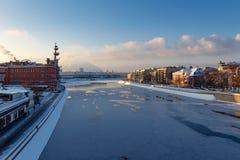 Moskou, Rusland - Februari 01, 2018: Meningen van Moskva-rivier van de Patriarshiy-Brug bij zonnige de winterochtend Stock Foto