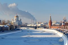 Moskou, Rusland - Februari 01, 2018: Moskvarivier dichtbij Moskou het Kremlin op een zonnige de winterdag Moskou in de winter Royalty-vrije Stock Fotografie