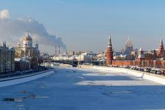 Moskou, Rusland - Februari 01, 2018: Moskvarivier dichtbij Moskou het Kremlin op een zonnige de winterdag Moskou in de winter Royalty-vrije Stock Afbeeldingen