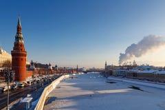 Moskou, Rusland - Februari 01, 2018: Moskvarivier dichtbij Moskou het Kremlin op een zonnige de winterdag Moskou in de winter Stock Afbeelding
