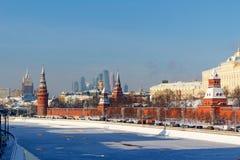 Moskou, Rusland - Februari 01, 2018: Moskvarivier dichtbij Moskou het Kremlin op een zonnige de winterdag Moskou in de winter Royalty-vrije Stock Afbeelding
