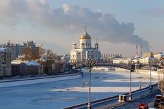 Moskou, Rusland - Februari 01, 2018: Moskvarivier in zonnige de winterdag Mening van de Kathedraal van Christus de Verlosser Stock Foto