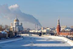 Moskou, Rusland - Februari 01, 2018: Moskvarivier in zonnige de winterdag Mening van de Kathedraal van Christus de Verlosser Stock Afbeeldingen