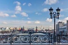 Moskou, Rusland - Februari 22, 2018: Patriarshybrug, Omheining en Lantaarn, het Kremlin en de het Verscheidenheidstheater, de bru Stock Foto
